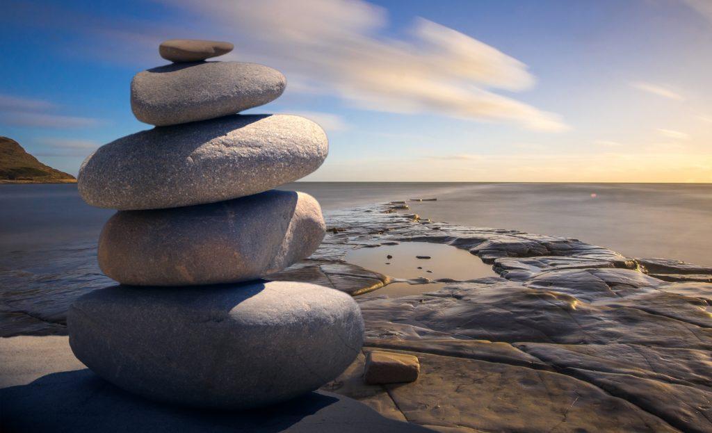 Zdjęcie kamieni na tle wybrzeża